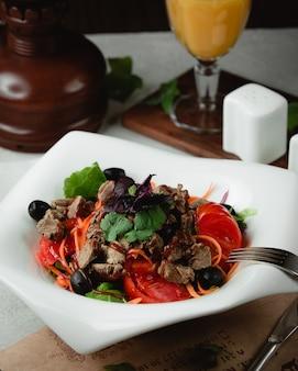 Insalata di carne con pomodori olive ed erbe aromatiche