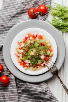 Insalata di cetrioli, pomodoro, aneto e olio d'oliva