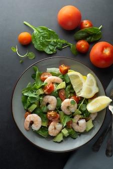 Insalata di cloos con avocado e gamberi. sana insalata fresca.
