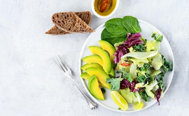 Insalata di dieta cheto di avocado, cavolo verde e spinaci. cibo piatto disteso