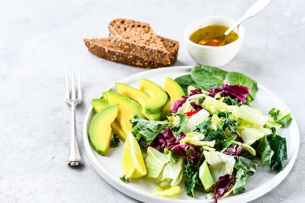 Insalata di dieta cheto di avocado, cavolo verde e spinaci.