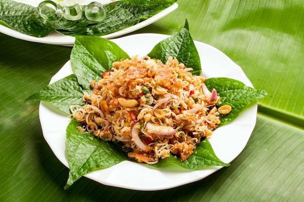 Insalata di erbe croccante piccante tailandese con gli anacardi, il peperoncino rosso e la citronella