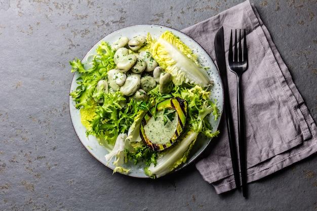 Insalata di fagioli di lattuga vegetariana con salsa di avocado e erbe grigliate. vista dall'alto