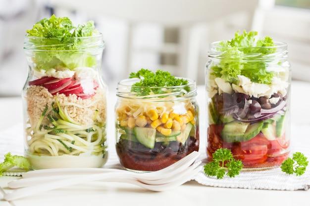 Insalata di formaggi vegetali sani in barattoli di vetro