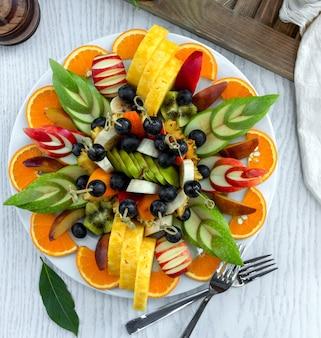 Insalata di frutta affettata ben disposta in zolla