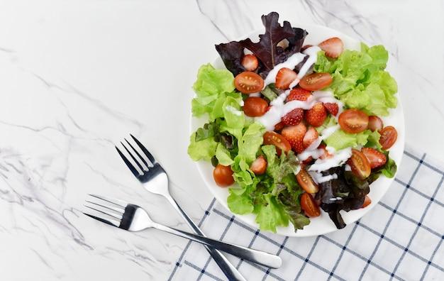 Insalata di frutta e verdura sul piatto