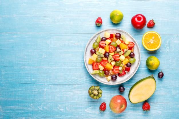 Insalata di frutta fresca e bacche, mangiare sano.