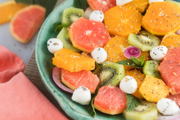 Insalata di frutta saporita sana alta vista