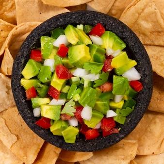 Insalata di frutta vista dall'alto su tortilla chips