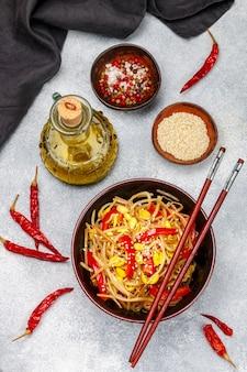 Insalata di germogli di soia (semenzali) con peperoni