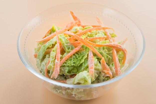 Insalata di insalata di cavolo, insalata di cavolo, carota, maionese e senape