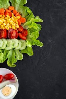 Insalata di lattuga con pomodoro, formaggio e verdure