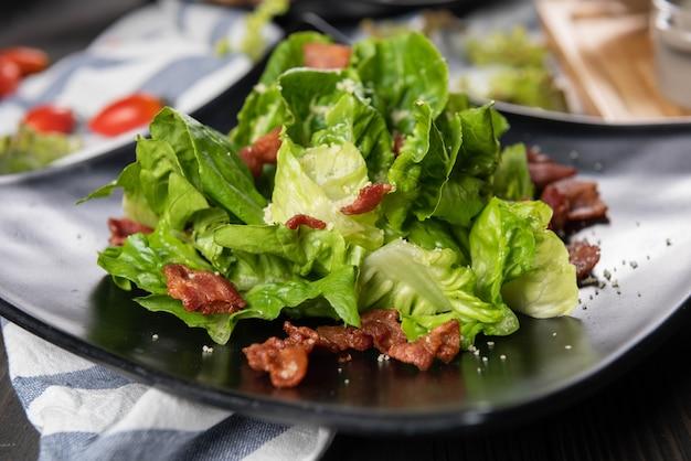 Insalata di lattuga e pancetta