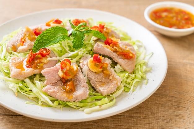 Insalata di maiale piccante o maiale bollito con aglio e salsa al peperoncino