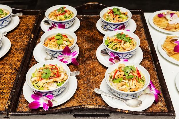 Insalata di mango piccante tailandese con salsa piccante