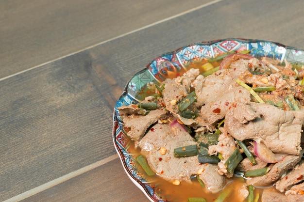 Insalata di manzo alla griglia piccante, nam tok, cibo tailandese