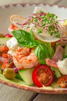 Insalata di mare fresca servita con gamberi e verdure