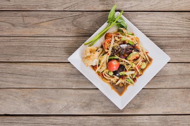 Insalata di papaya piccante tailandese servita con verdure