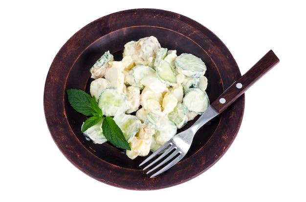 Insalata di patata tedesca isolata su fondo bianco