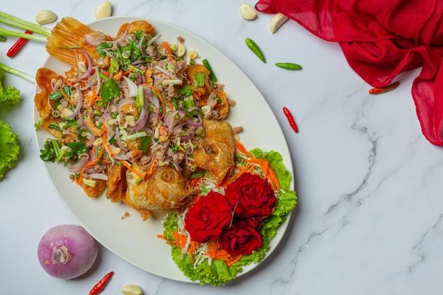 Insalata di pesce croccante di tubtim, erba tailandese dell'alimento.