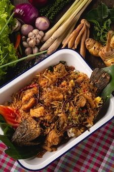 Insalata di pesce di tubtim, erbe per salute, alimento locale tailandese di esan, tailandia