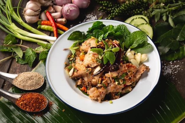 Insalata di pesce tritata piccante, alimento locale di esan tailandese, tailandia