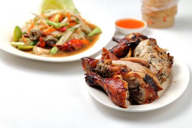 Insalata di pollo arrostita, riso appiccicoso su bianco.