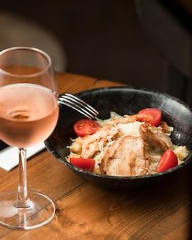 Insalata di pollo caesar con vino rosato