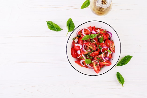 Insalata di pomodori con basilico e cipolle rosse