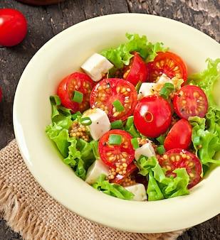 Insalata di pomodori con lattuga, formaggio e senape e aglio condimento