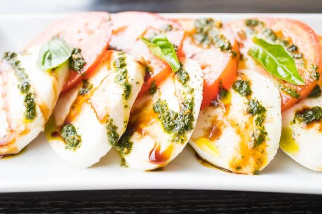 Insalata di pomodori e mozzarella in zolla bianca