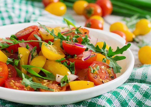 Insalata di pomodorini freschi con cipolla e rucola