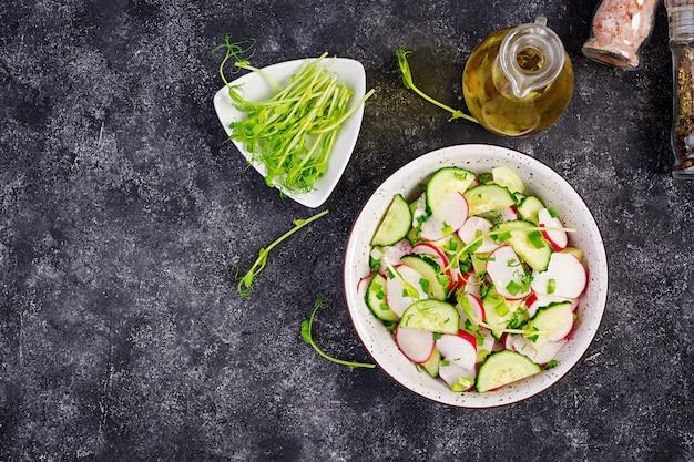 Insalata di ravanello e cetriolo di verdure fresche con cipolle verdi e piselli di microgreens. cibo salutare. vista dall'alto.