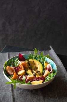 Insalata di salmone alla griglia con avocado, rucola