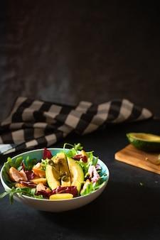 Insalata di salmone alla griglia con avocado