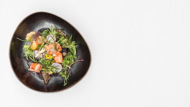 Insalata di salmone alla griglia copia spazio