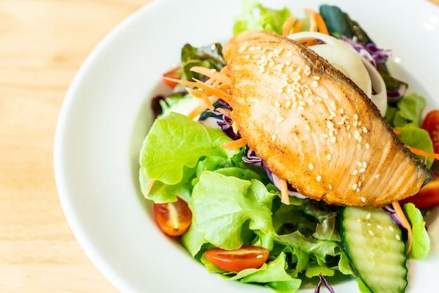 Insalata di salmone fritto