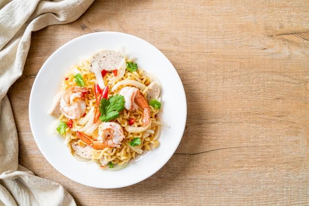 Insalata di spaghetti istantanei piccanti con gamberi