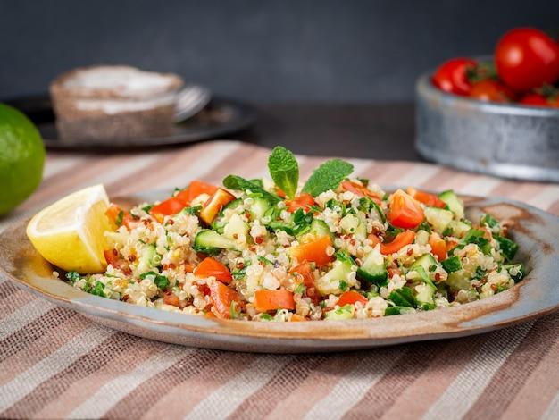 Insalata di tabulé con quinoa. cibo orientale con verdure miste, dieta vegana.