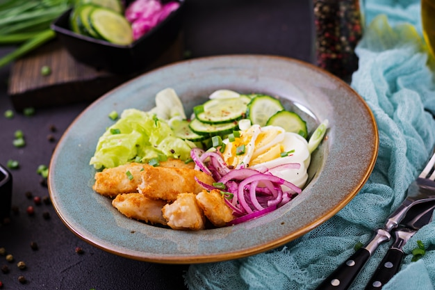 Insalata di uova, pesce fritto e verdure fresche. cucina asiatica.