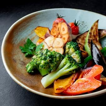Insalata di verdure alla griglia con broccoli e prezzemolo