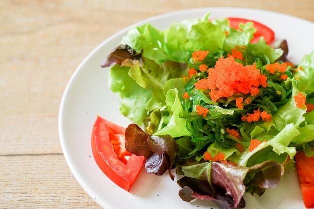 Insalata di verdure con alghe giapponesi e uova di gamberetti