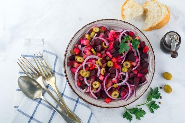 Insalata di verdure con barbabietole e cipolle e olive