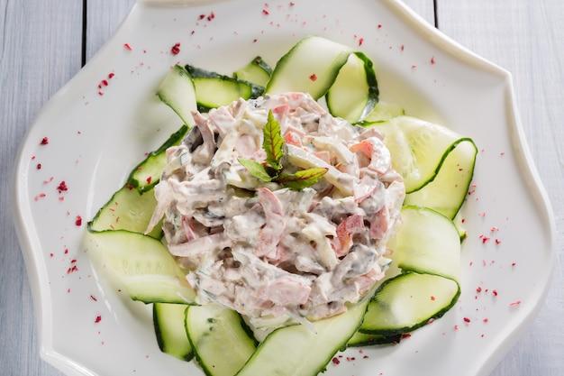 Insalata di verdure con carne, erbe e spezie sul piatto bianco