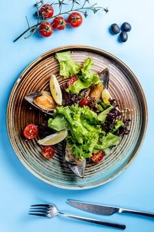 Insalata di verdure con ostriche e limoni laterali