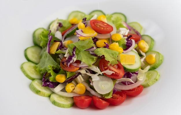 Insalata di verdure con uova sode in un piatto bianco.