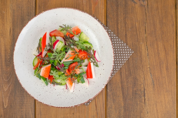 Insalata di verdure fresche con bastoncini di granchio.
