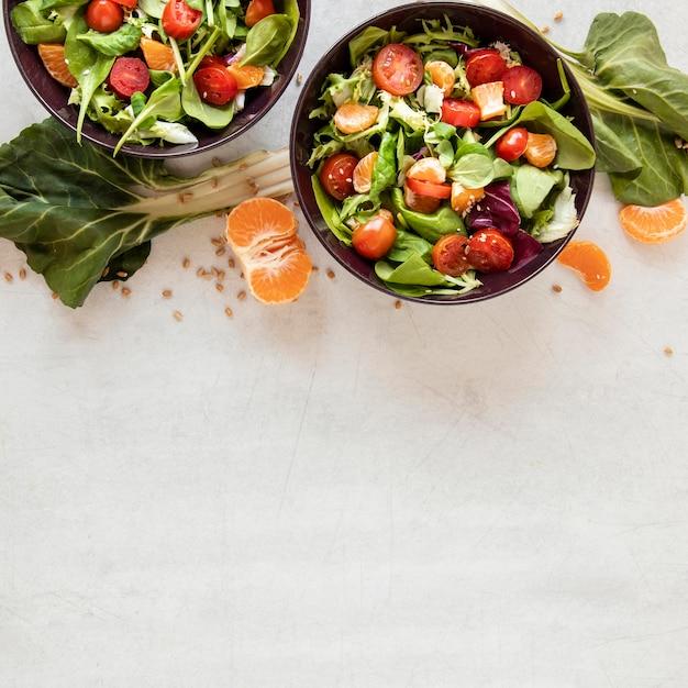 Insalata di verdure fresche con copia-spazio