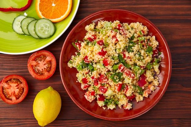 Insalata di verdure fresche con insalata di cous cous