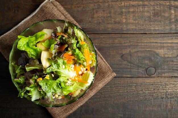 Insalata di verdure fresche su legno.